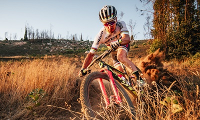 Nino Schurter: Taking a turn in the dry dirt trail.