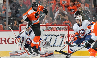Wayne Simmonds: He deflects the puck in front of the net.